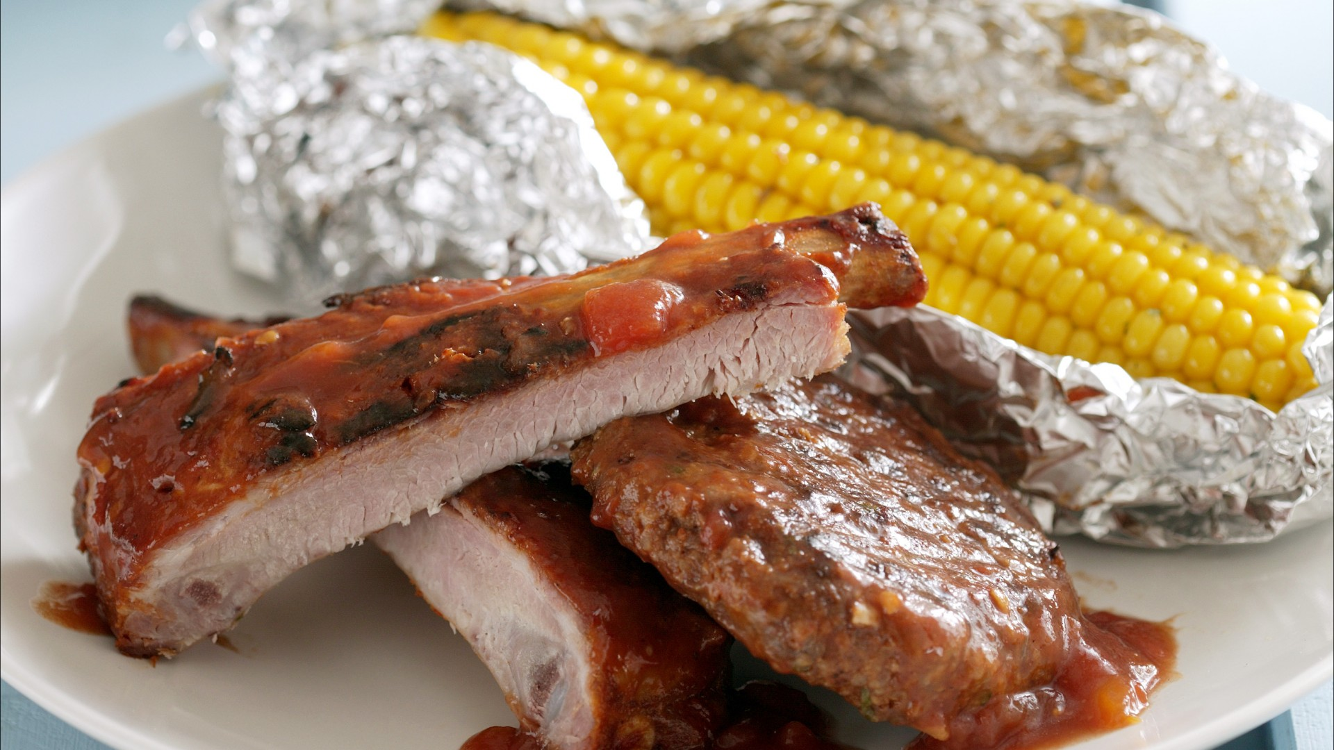 Spareribs-hamburgers-en-worsten-in-barbecuesaus